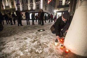 Pietna akcia pred veľvyslanectvom Francúzska v Bratislave za zavraždených novinárov z Charlie Hebdo.