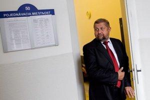 Štefanovi Harabinovi pôvodne kolegovia sudcovia prisúdili 150-tisíc eur.
