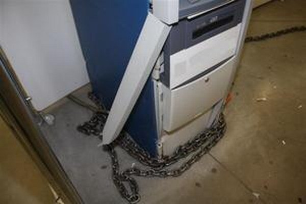 Pokus vytrhnúť bankomat v Krupine nebol úspešný.
