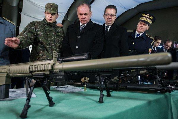 Prezident Andrej Kiska (druhý zľava) a minister obrany Martin Glváč (tretí zľava).