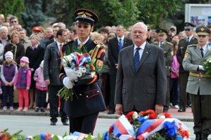 Bývalý prezident v Svidníku pri soche generála Ludvíka Svobodu.