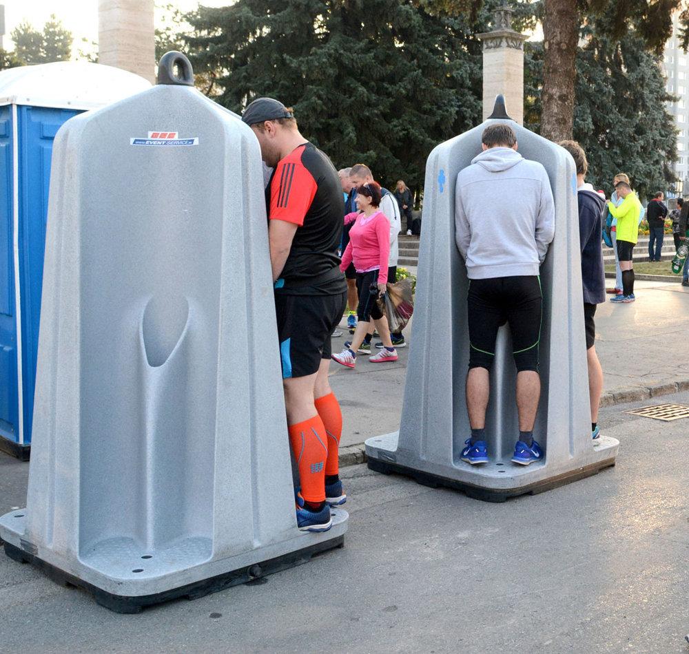 Počas maratónu je dôležité tekutiny nielen prijímať, ale aj sa ich zbaviť.