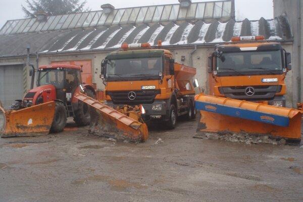 Vozidlá zabezpečujúce zimnú údržbu sú pripravené vyraziť do terénu.