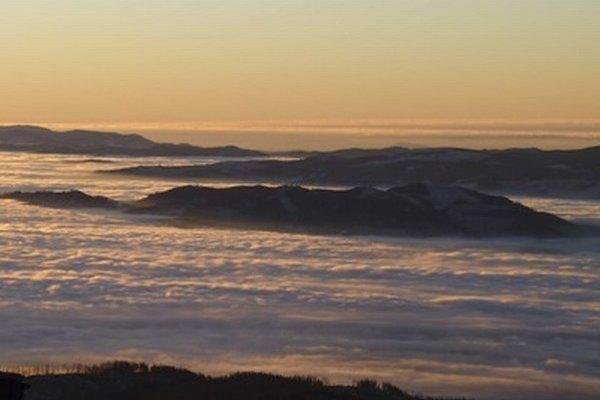 Pohľad na zahmlenú dolinu pod Štrbským Plesom.