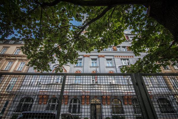 Pohľad na bezpečnostný plot Ambasády USA na Hviezdoslavovom námestí. Bratislava, 27. september 2016.