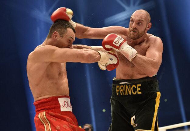 Vlani Tyson Fury (vpravo) zdolal Vladimira Klička a bol na absolútnom vrchole. Teraz sa jeho meno spája s viacerými škandálmi.