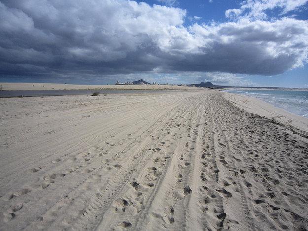 Praia de Chaves je rozsiahla a populárna pláž na Kapverdoch.
