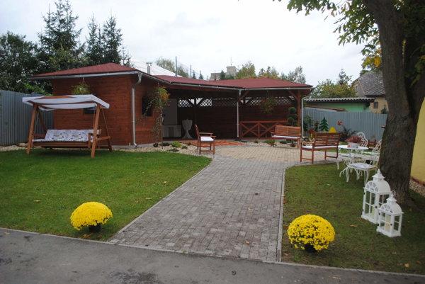 Súčasťou Záhrady zdravia je aj veľký drevený altánok.