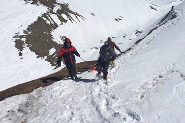 Záchranári znášajú telo turistu pod masívom Dhaulágirí.