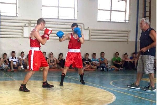 Tréningy sa konajú pod dohľadom skúseného trénera Stanislava Halása (vpravo).