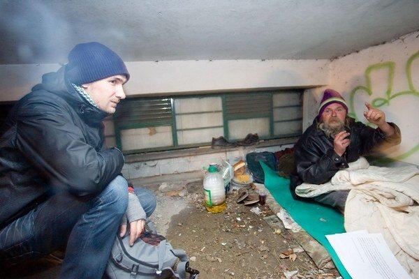 Streetworker a bezdomovec na ulici.
