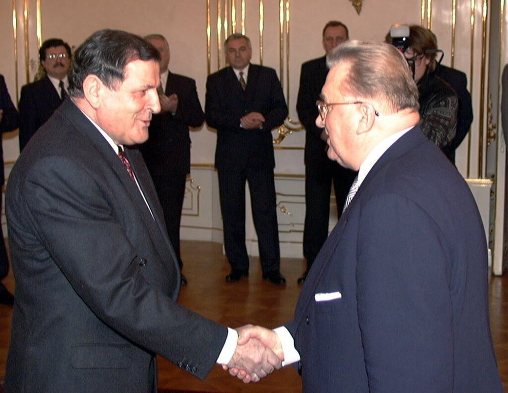 Vladimír Mečiar podáva Kováčovi ruku 2. marca 1998, v deň kedy prebral časť právomocí prezidenta.