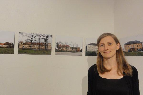 Jana Šturdíková pri fotografiách kaštieľov, po jej pravej strane je kaštieľ v Lukáčovciach.