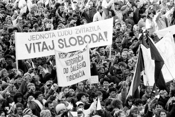 Desaťtisíce obyvateľov Banskej Bystrice a okolia vyjadrili 27. novembra 1989 podporu generálnemu štrajku.