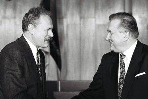 Poslanci NR SR zvolili 15. februára 1993 Bratislave Michala Kováča za prezidenta Slovenskej republiky. Kováčovi blahoželá predseda NR SR Ivan Gašparovič.