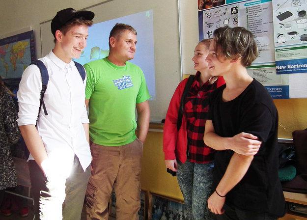Po vydarenej prezentácii. Zľava Pavlo, učiteľ Miroslav Frič, Kristína a Danijel.