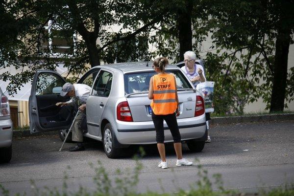Parkovacia služba je pohotovo pri každom aute.
