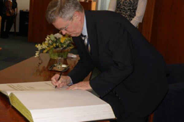 Nemecký veľvyslanec na Slovensku Axel Hartmann sa v Prievidzi zapísal do pamätnej knihy mesta.