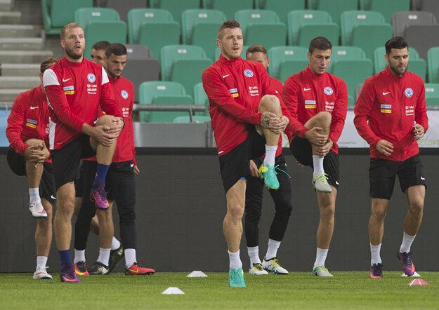 Slovenskí hráči sa pripravujú na zápas proti Slovinsku.