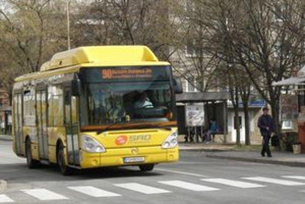 Už v druhej polovici roka by mali autobusy MHD najazdiť menej kilometrov.