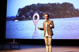 Jakub Ptačin predstavuje info pin.