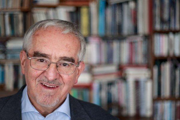 Martin Bútora (1944)sa do verejného života zapojil koncom šesťdesiatych rokov, keď bol redaktorom časopisov Echo a Kultúrny život. Pracoval ako sociológ a terapeut v protialkoholickej liečebni, venoval sa tiež próze. Spoluzakladal Verejnosť proti
