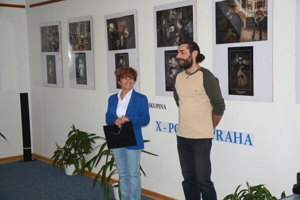 Do Gemerskej knižnice zavítali umeleckí idioti. Tatiana Bachňáková aŠtefan Kesi hovoria oposolstve výstavy svýrazným pomenovaním.