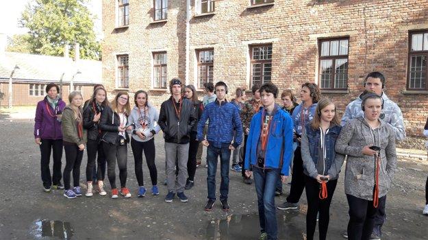 Exkurzie v Osvienčime sa zäčastnilo 60 detí, rodičov apedagógov zo Základnej školy Clementisova vKysuckom Novom Meste.
