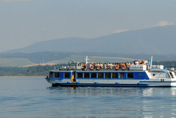 Vodná nádrž Orava zaplavila Slanicu, Osadu, Oravské Hámre a Ústie nad Oravou. Nad hladinou ostalo len návršie obce Slanica a vznikol tak Slanický ostrov.