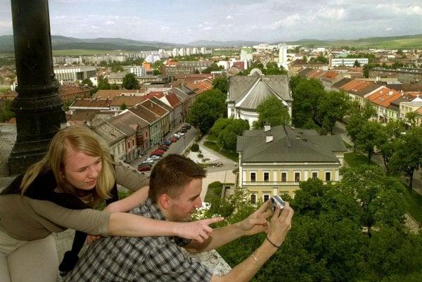 Najvyššia kostolná veža na Slovensku meria 87 metrov.