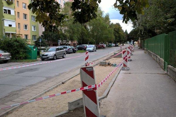 Na budovaní nových parkovacích miest sa pracuje.