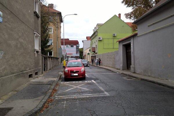 Zdevastovaný chodník na Kukučínovej ulici zaostáva sa ostatnými chodníkmi vcentre mesta.