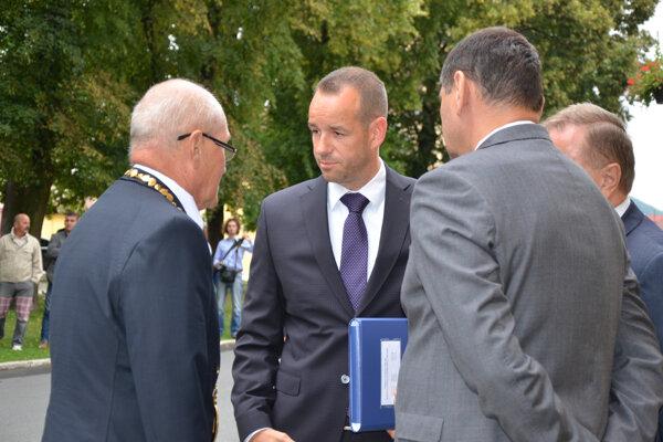 Miesto policajnej pridelenkyne zastáva aj sestra štátneho tajomníka ministerstva dopravy Viktora Stromčeka.