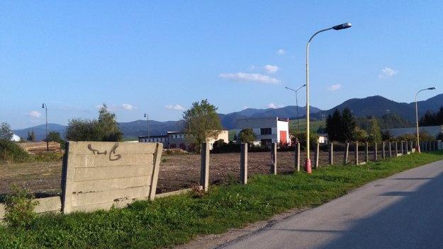 Nové cvičisko pre psy vzniká na Sládkovičovej ulici v Ružomberku. Roky na tomto priestranstve nebolo nič, len neupravená zeleň a odpadky.