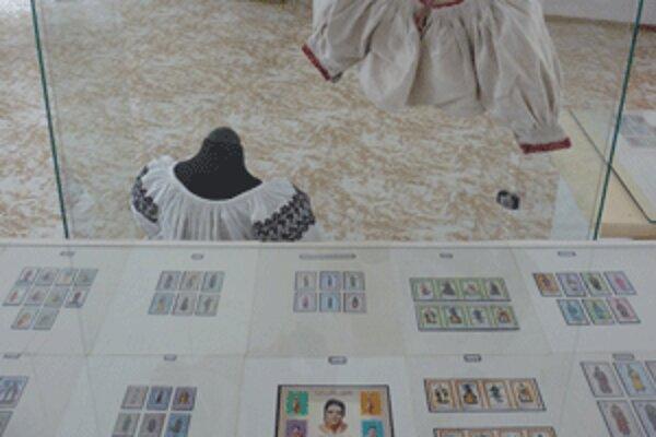 V Hornonitrianskom múzeu v Prievidzi je výstava poštových známok s námetom ľudových krojov.