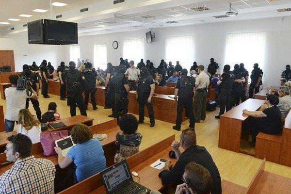 Videomost už majú na Špecializovanom trestnom súde v Pezinku. Svedkov tam sledujú na štvorici obrazoviek na strope. Záber je z procesu s piťovcami.