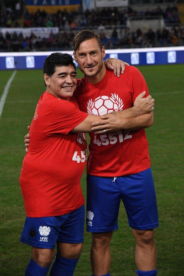 Diego Maradona (vľavo) a Francesco Totti.