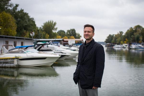 Spoluzakladateľ Dunajského fondu Juraj Čorba v prístavisku Vlčie Hrdlo na Dunaji
