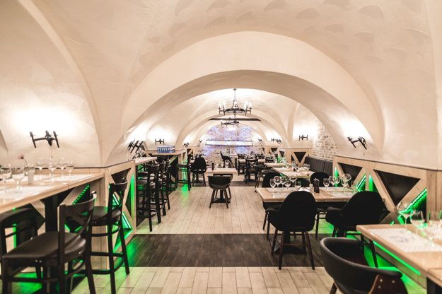 Dobový interiér. Hostia ocenia aj zrenovovanú budovu, ktorá stojí vo dvore na Mäsiarskej 8 viac ako 500 rokov.