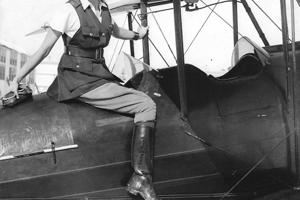 Nemala ani dvadsaťpäť, keď sa naučila lietať na dvojplošníku.