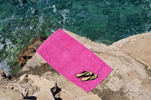 Pláže v Makarskej sú z jemných kamienkov alebo skalnaté plochy tesne nad morom.