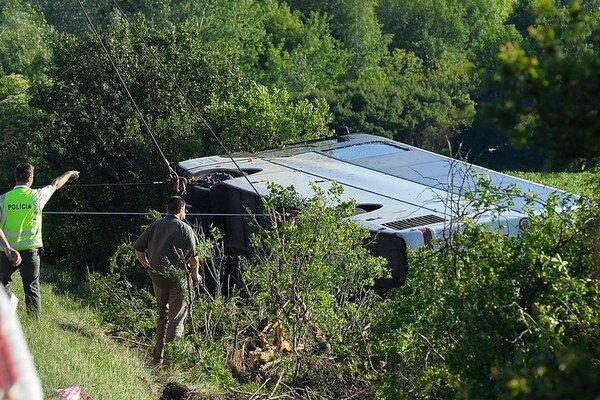 Prevrátený autobus dostali späť na kolesá až hasiči. Boli pod ním obete.