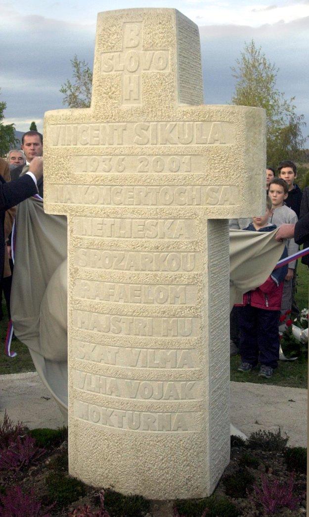 Pochovaný je na cintoríne v rodnej Dubovej.