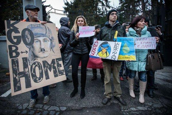 Protesty pred ruskou ambasádou v Bratislave neboli masové, no so zasahovaním nesúhlasí väčšina Slovákov.