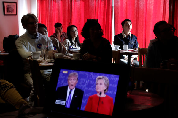 Prvý televízny duel Clintonová - Trump 27. septembra 2016 sledovali aj v pekinskej kaviarni.
