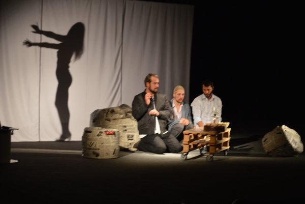 Plná divadelná sála Domu kultúry v Čadci tlieskala známym hercom.