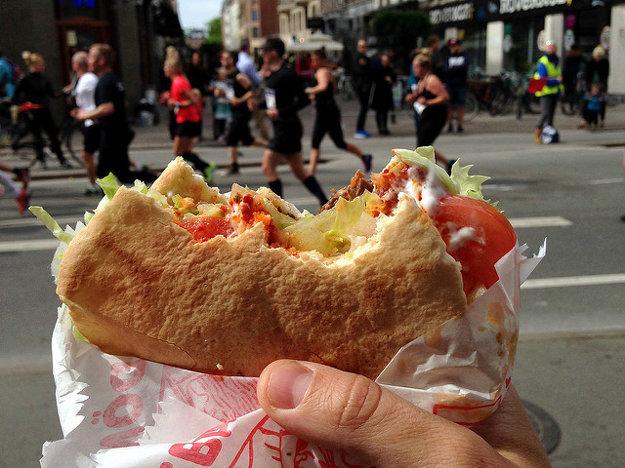 Shawarma je široko obľúbené pouličné jedlo rýchleho občerstvenia.