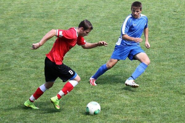 Filip Dedič (v červenom) a jeho spoluhráči z ČFK sa dočkali prvého bodu v sezóne.