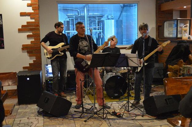 Začínajúca skupina zahrala zákazníkom skladby od skupiny Katapult.