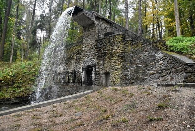 Zrekonštruovaný Rímsky vodopád v parku pri kaštieli Betliar.